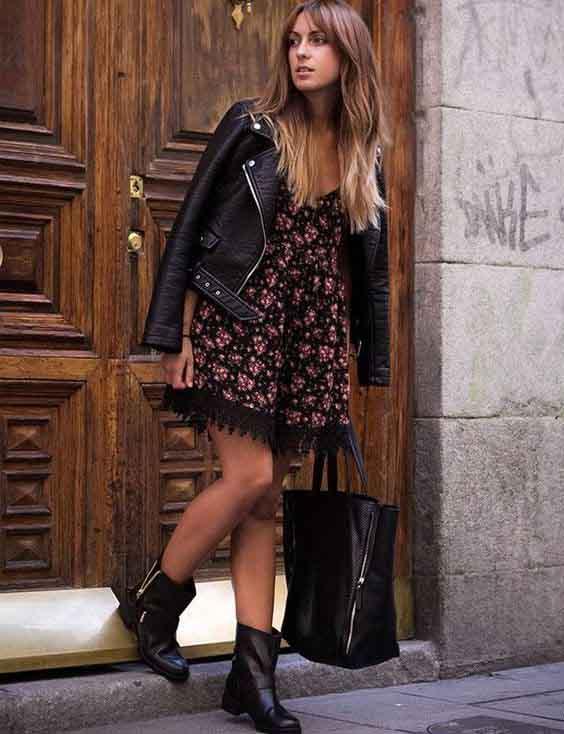 Vestido curto floral, jaqueta de couro e bota