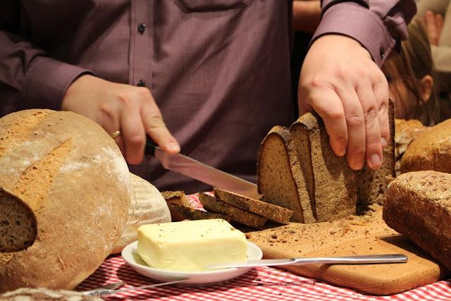 Björn Hollenschneider schneidet das Brot der Hobbybäcker