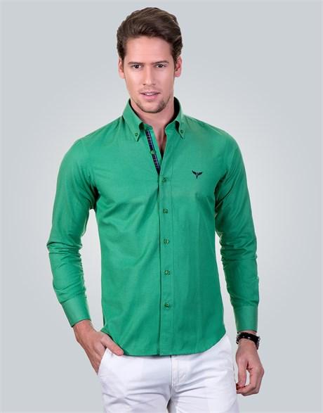 Beyaz pantolon yeşil gömlek kombini
