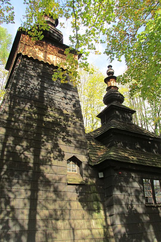 Wieża z izbicą nad babińcem widoczna od południowej strony. Z prawej przylega do niej nawa.