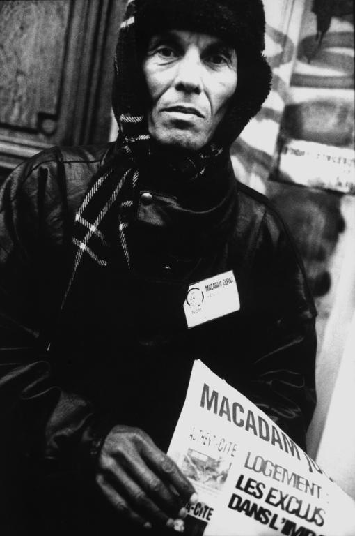 réfugié afghan afghanistan vendeur de journaux macadam rue de Rennes paris vagabond logement sans abri sdf sans domicile fixe dormir franck chevalier