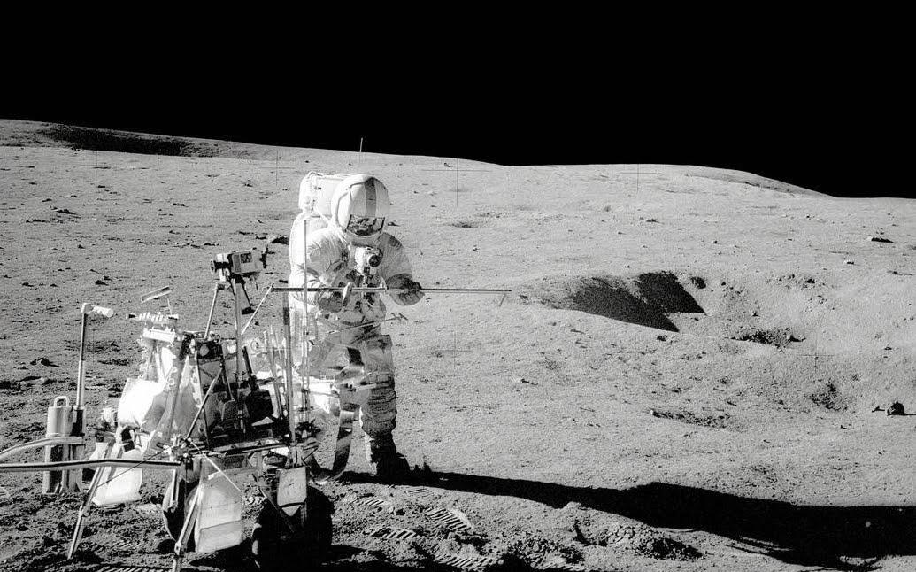 FOTO VIDEO > UFO spiava le Missioni Apollo sulla Luna: Apollo 14 Touches Down on the Moon Alan Shepherd standing by Modular Equipment Transporter.