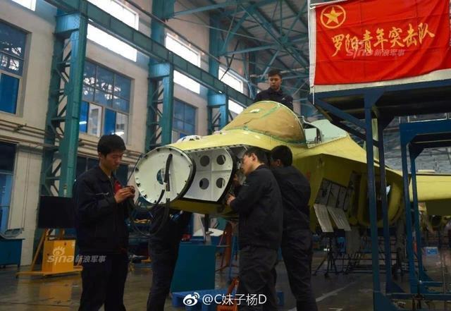 الصين تكشف النقاب عن طائرتها الهجومية الجديدة من طراز L-15B Chinese%2BHongdu%2BL-15%2BProduction%2Bline%2B5