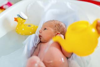 baby mandi air suam, rujuk pediatrik anda, tanya doktor jika anak anda colic, apa itu baby colic, tips merawat anak colic, tips merawat anak meragam, sawan tangis, tips anak meragam, anak meragam, anak kuat menangis, anak kembung perut, baby kembung perut, baby sakit perut