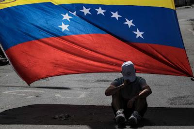 """Venezuela entró definitivamente en un ambiente de campaña cuando faltan cuatro meses para los comicios regionales, en los que la alianza opositora ha dicho que participará pese a sus críticas a la Asamblea Constituyente, conformada solo por chavistas y que ahora se encargará de refundar el Estado.  El presidente Nicolás Maduro celebró que la alianza opositora Mesa de la Unidad Democrática (MUD) haya entrado en el carril electoral pese a haber acusado al Consejo Nacional Electoral (CNE) de haber cometido un fraude durante la elección de la Constituyente.  El gobernante aplaudió que con este paso de inscribir a sus candidatos, a su juicio, la MUD ha reconocido, finalmente, la """"legitimidad"""" de la Asamblea Constituyente y del mismo CNE, pese a que las dudas no se han disipado.  Maduro dio estas declaraciones durante una sesión especial de la ANC en el Palacio Federal Legislativo y lo primero que hizo fue ponerse a la disposición de este foro conformado por más de 500 constituyentes, todos leales a su Gobierno.  """"Vengo a reconocer sus poderes plenipotenciarios soberanos, originarios y magnos para regir los destinos de la República, (…) como jefe de Estado me subordino a los poderes constituyentes de esta Asamblea Nacional Constituyente"""", dijo Maduro, que también entregó hoy a la Asamblea Constituyente su proyecto de Constitución.  Según el mandatario, este proyecto de Carta Magna es el mismo del fallecido presidente Hugo Chávez.  El Gobierno ha dicho que el establecimiento de esta asamblea chavista, que hoy ratificó a Maduro como presidente del país, ha traído paz al país pues desde que fue electa, las protestas antigubernamentales que se desarrollaban desde el 1 de abril pasado han disminuido hasta casi su desaparición.  La ola de manifestaciones ha dejado más de 120 fallecidos.  Sin embargo, este aparente clima de paz ha sido interpretado por dirigentes opositores como María Corina Machado como una reacción crítica del pueblo a lo que considera un paso en falso de la M"""