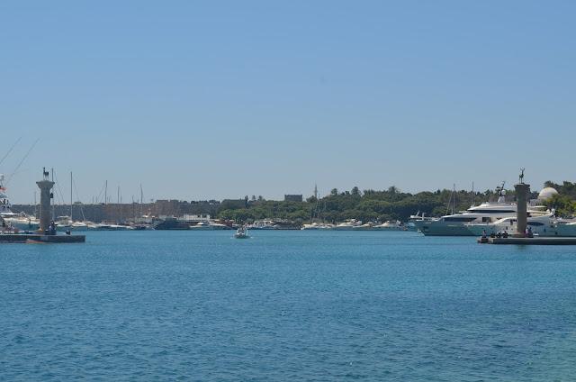 Entrada do porto de Rodes e as Torres dos Cervos que representam o Colosso de Rodes