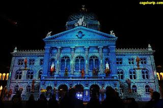 Dengan permainan cahaya, Bundesplatz berubah warna