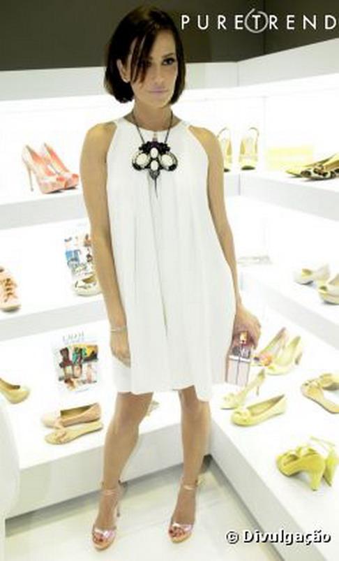 10f2c2365 Deborah Secco é o novo rosto da marca de calçados e acessórios Dumond