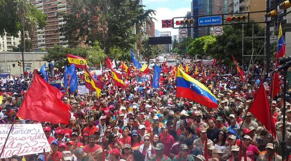 Vídeo: Ditador comunista Maduro é alvo de ovos e pedras após desfile na Venezuela