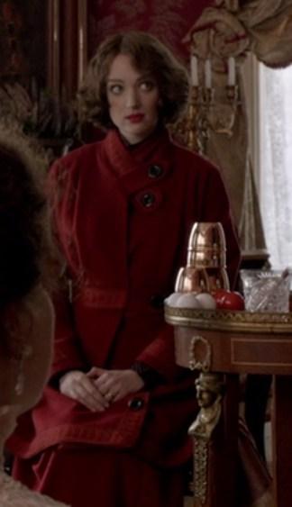 Houdini, minissérie figurino, casaco vermelho de frio da Bess (Kristen Connolly)