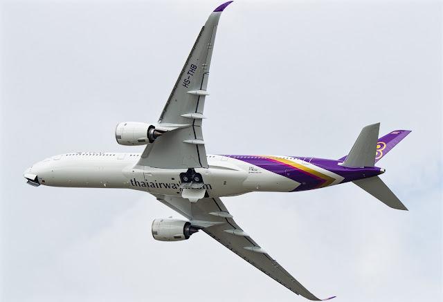 Airbus A350-900 Thai Airways Rolling Maneuver