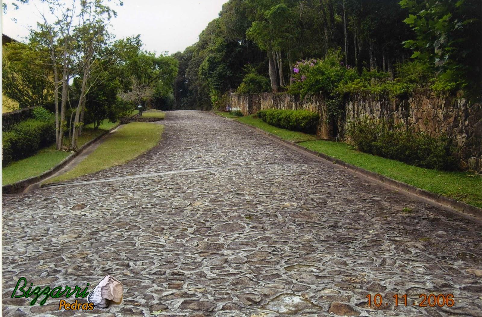 Execução do calçamento com pedra rústica na rua do condomínio Atibaia Clube da Montanha com a execução do paisagismo e o reflorestamento com mata nativa, isso a mais de 50 anos em uma área de mais de 2 milhões de m² de área preservada.