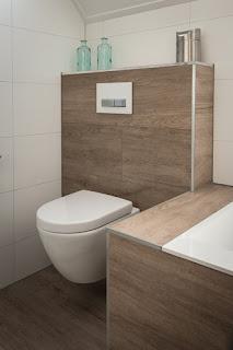 Hangend toilet met houtlook tegels