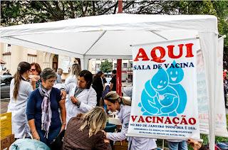 Vacinação na Praça de Santa Teresa, no Centro, teve boa adesão do público-alvo da campanha