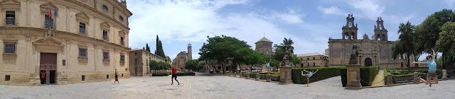 Six people in the conjunto monumental in Úbeda