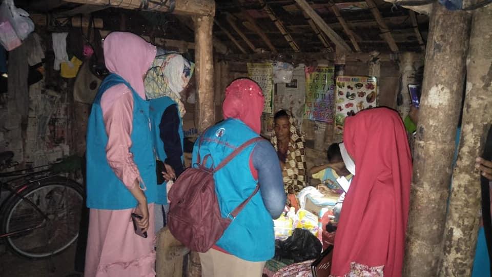 Ibu Fakriah yang baru saja melahirkan anak ke-2, Hidup di gubuk 2x3 tanpa listrik dan MCK