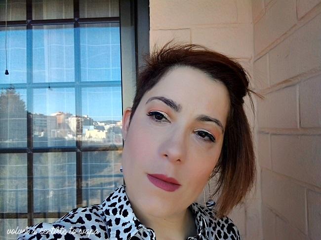 Maquillaje luminoso con delineado negro