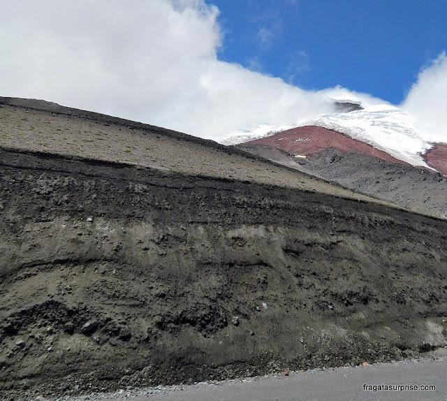 Camada de cinzas deixada por uma erupção do Vulcão Cotopaxi, no Equador