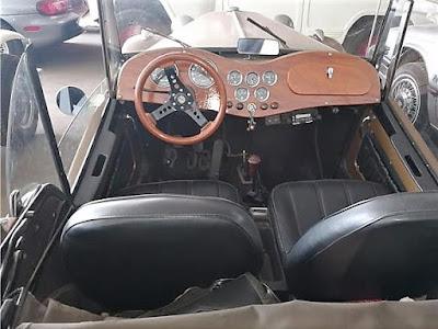 A originalidade volta a imperar no interior deste MP Lafer, exceto pelo aparelho de rádio instalado sob o painel de madeira.