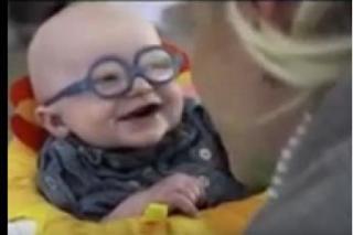 ردة فعل طفل ضعيف النظر يرى امه للمرة الاولى منذ ولادته سبحان الله