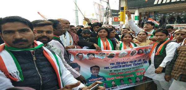 Priyanka-gandhi-ka-swagat-karne-hardoi-ke-congress-neta-phunche-ha