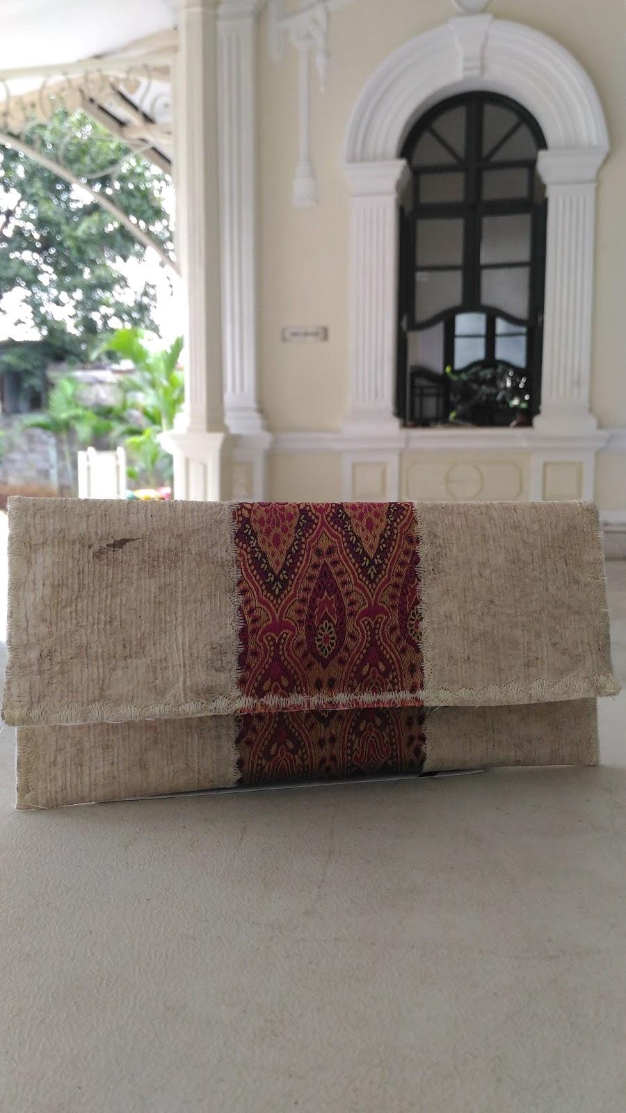 jejak langkah bersama kata clutch cantik dari kain kulit kayu