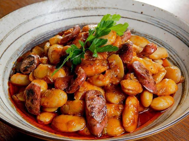 Η  συνταγή της ημέρας: Γίγαντες με λουκάνικο χωριάτικο στο φούρνο