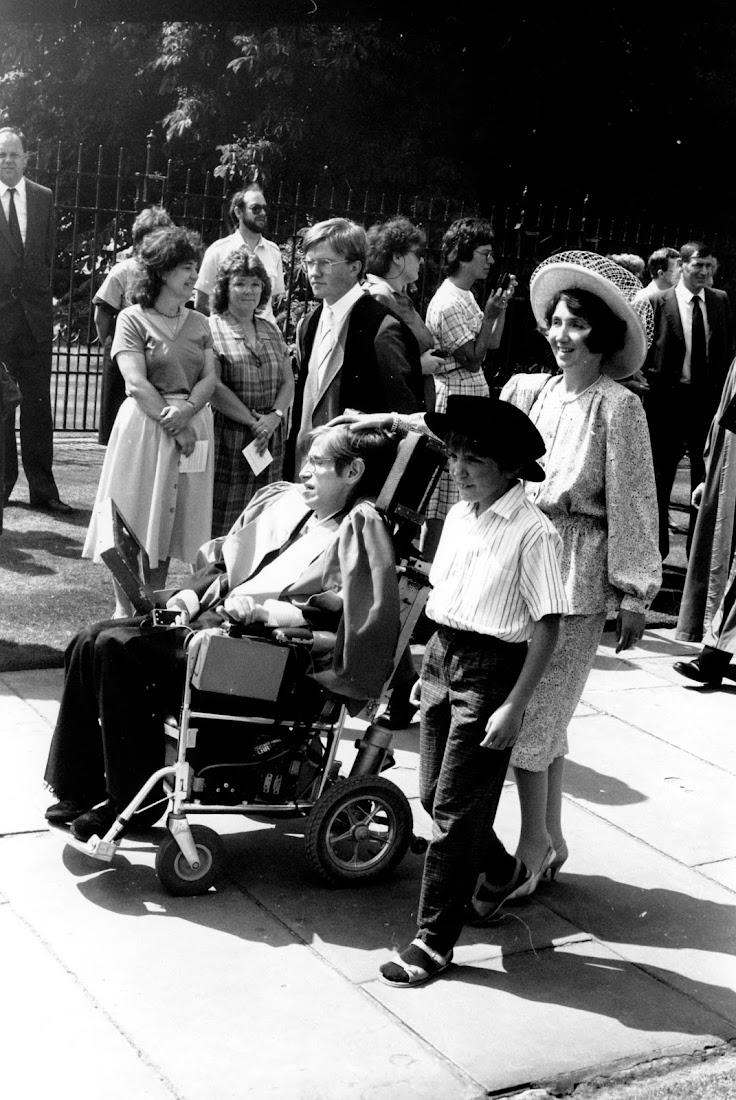 Stephen Hawking cùng người vợ đầu tiên là bà Jane và con trai đến lễ nhận bằng danh dự ở Cambridge. Hình ảnh: Frank Martin/the Guardian.