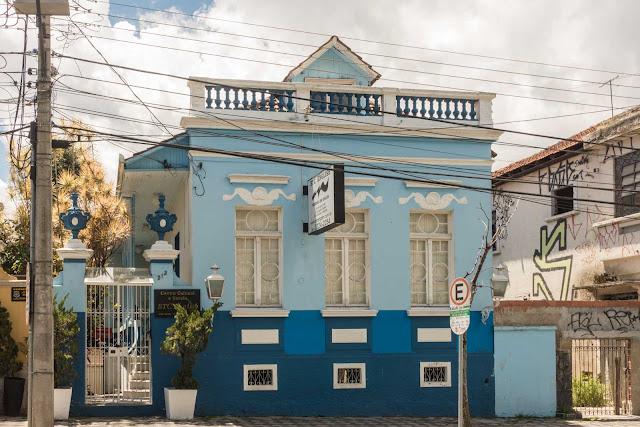 Casa de madeira com fachada de alvenaria na Av. Jaime Reis