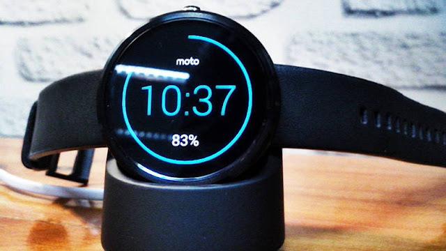 Smartwatch Moto 360 com cara de relógio real