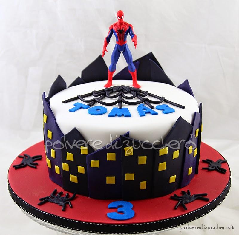 torta decorata uomo ragno con palazzi ragni e ragnatele