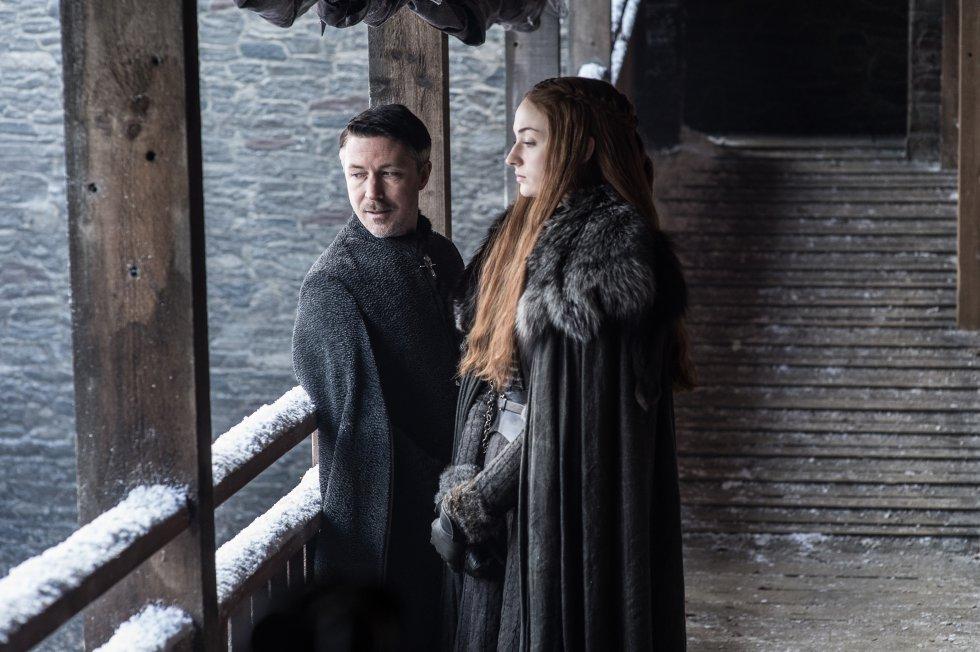 Meñique hablando junto con Sansa Stark.