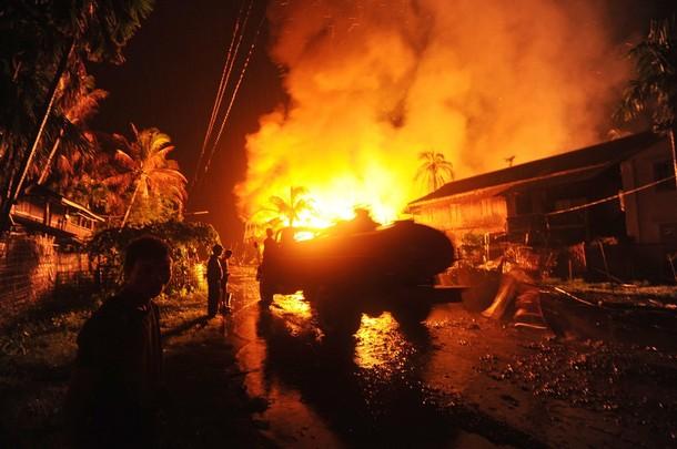 အဓိကရုဏ္းအတြင္း စစ္ေတြၿမိဳ႕ရွိ လူေနရပ္ကြက္တခ်ိဳ႕ မီးေလာင္ေနစဥ္(Photo: Getty Image)
