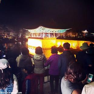 Muchedumbre de coreanos tomando fotos en el estanque Anapji