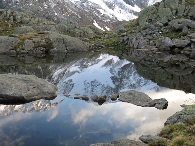 Das Pflerscher Hochjoch spiegelt sich in der Lacke vor der Hütte