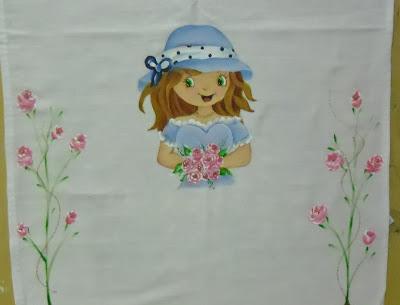 boneca moranguinho pintada com chapeu azul e rosas