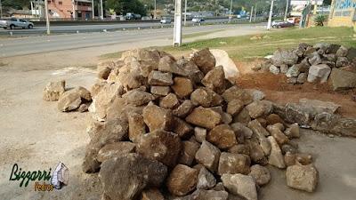 Pedra moledo, nesse tom amarelado, para construção de castelo de pedra.