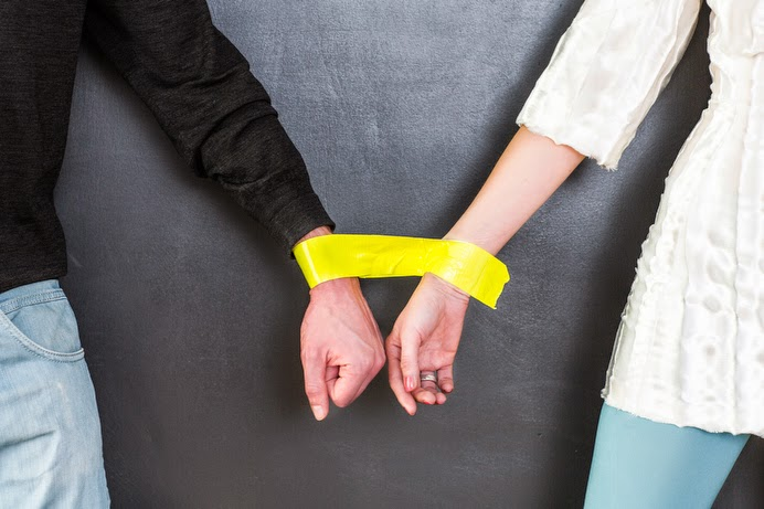 pareja atada con cinta