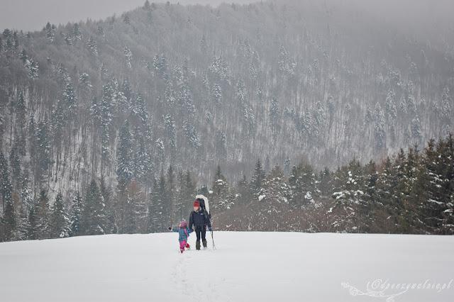 góry z dzieckiem, dziecko w podróży, rodzinny trekking zimowy