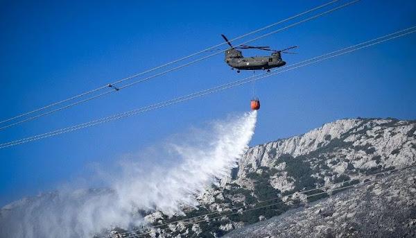 Σε ύφεση η μεγάλη πυρκαγιά στον Υμηττό – Καταγγελίες για έκρηξη και ταυτόχρονες εστίες