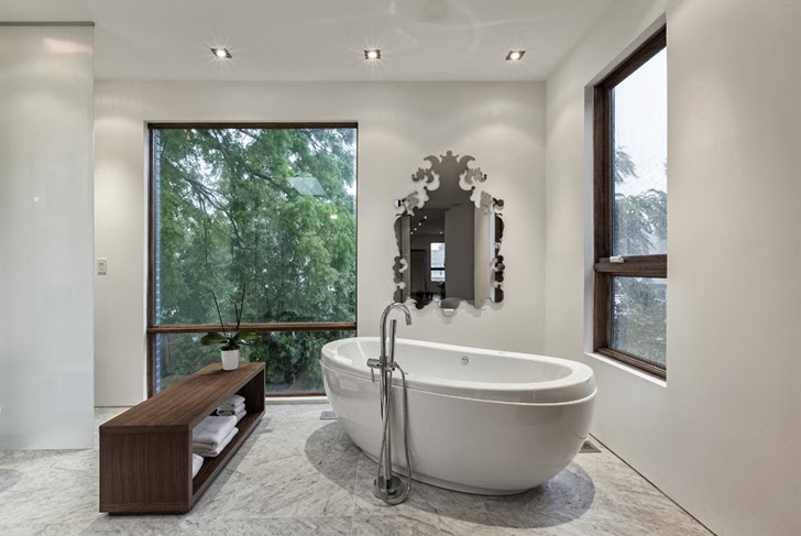 Bathtub in Small but creative house by rzlbd