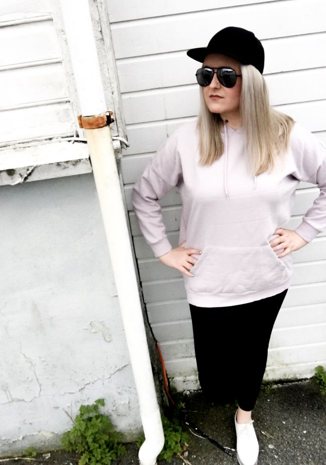 Blogger styling sweatshirt and cap