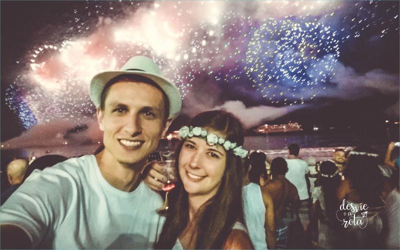 Casal com fogos de artifício ao fundo