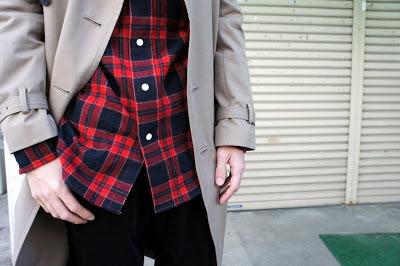 ベージュのトレンチと赤のチェックシャツ・コントラスト