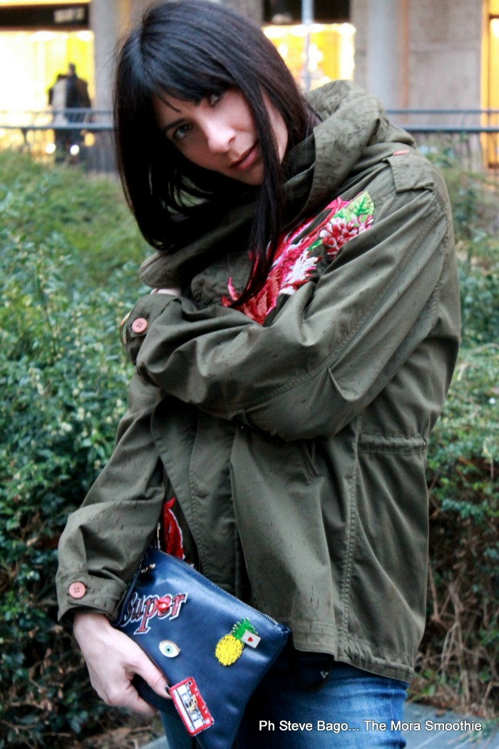 fashion, fashionblog, fashionblogger, italian fashion blogger, fashion blogger italiana, fashion blog italia, ootd, outfit, look, shirtaporter, tshirt, parka, aboutmehandmade, come abbinae il parka, stansmith, look mfw, la moda del parka, bag, diy bag, moda delle spille, moda delle toppe, toppe sulla borsa, outfitoftheday, moda, style, blogger style