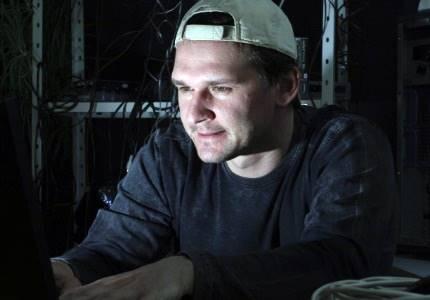 Internauta utiliza computador em ambiente escuro; prática cansa os olhos mais que o normal