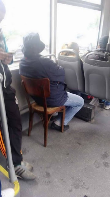 Ele tem sua própria cadeira no transporte público