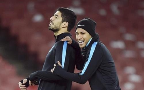 """Suarez và Neymar """"cá độ"""" bánh mỳ kẹp thịt cho trận đấu này"""