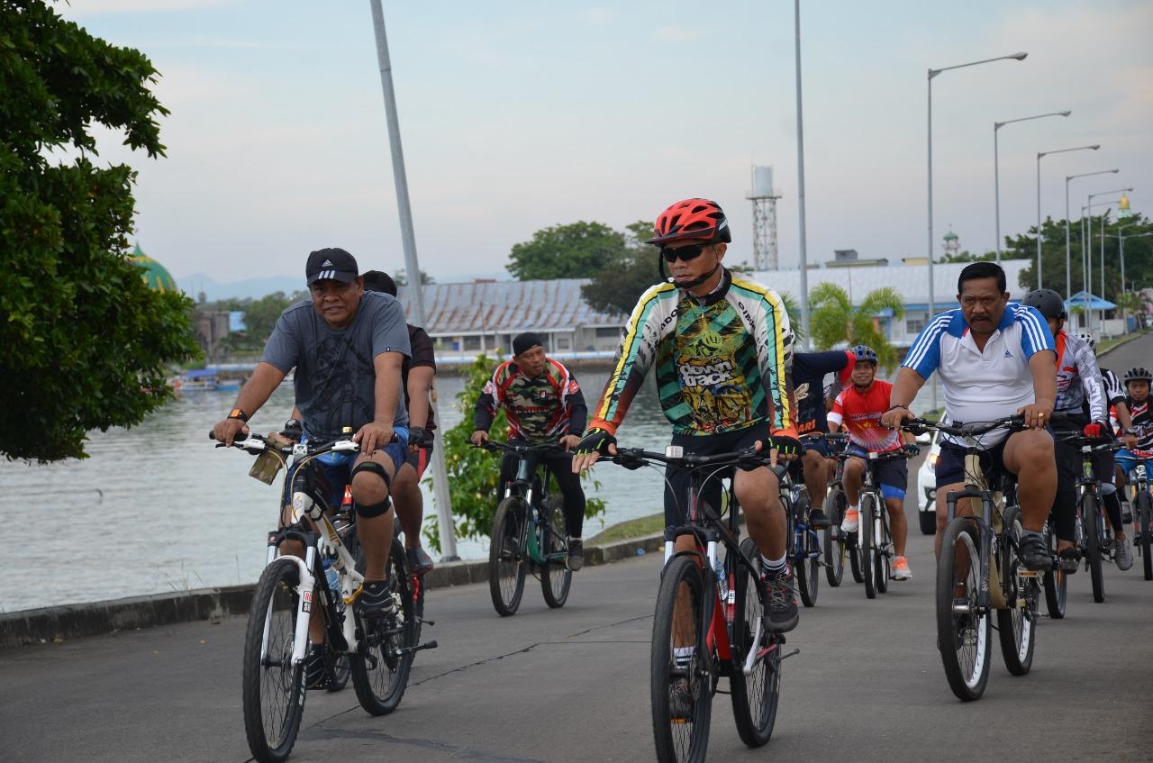 Akhir Pekan, Bupati Bone dan Danrem 141/Tp Kompak Naik Sepeda dan Terapi Air Laut