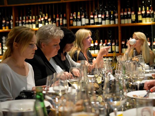 degustacja win i dan, wine bar la vinotheque, zaproszenie na kolacje, blogerzy na kolacji, smaczna pyza w la vinotheque